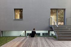 This all-grey apartment block in Berlin by German studio BCO Architekten has five skewed bay windows that twist away from its facade. Decor Interior Design, Interior Decorating, Sliding Wall, Contemporary Building, Basement Stairs, Ventilation System, Interior Stairs, Bay Window, Minimalist Home