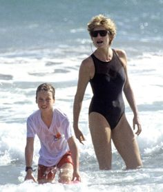 Diana and William ~ OOOH! I had a bathing suit just like that! :) See , we have a lot in common! lol LOVE DIANA~she'll always be a true inspiration! Princess Diana Fashion, Princess Diana Family, Princes Diana, Princess Of Wales, Lady Diana Spencer, Diana Son, Prinz Charles, Prinz William, Diana Williams