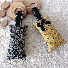 2 porte-clés graphiques en tissu japonais noir et jaune moutarde imprimé  asanoha   Porte eece39fa9ef