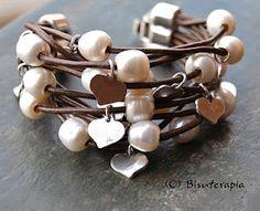 ref 466  Pulsera realizada en cuero marrón con perla y corazones en plata vieja , el cierre es en zamac de 3 aberturas.  33 €
