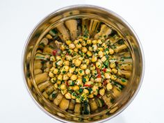 Besides being quite tasty, eating chickpeas has many health benefits. Chickpeas are a good source of complex carbohydrates, protein, dietary fiber and other essential nutrients. In other words, chickpeas are a healthy alternative to rice and pasta. Eating chickpeas may also lower cholesterol, help prevent diabetes and are good for the intestinal flora.  This recipe yields