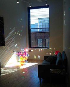 太陽の光で虹のように輝くガラステーブル。部屋をキラキラの美しい宝石箱のように演出します。 : インテリア雑貨の伊勢海老太郎ブログ