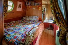 Living On A Boat, Bus Living, Tiny Living, Best Interior, Interior And Exterior, Narrowboat Interiors, Houseboat Living, Estilo Hippie, English Decor