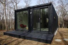Cam duvarlarla birlikte siyah nakliye konteyneri