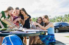 Tweens texting & eating while doing homework after school - 42-36682716 - Derechos protegidos - Fotografía de stock: Corbis