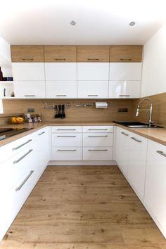 Bílá kuchyně s americkou lednicí Kitchen Cabinets Decor, Kitchen Room Design, Kitchen Cabinet Design, Kitchen Layout, Home Decor Kitchen, Interior Design Kitchen, Kitchen Ideas, Kitchen Inspiration, Modern Kitchen Interiors