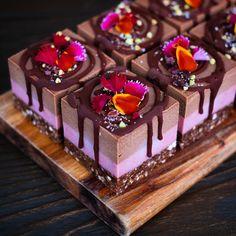 Raw Vegan Cake via Blendlove Fancy Desserts, Sweet Desserts, Just Desserts, Sweet Recipes, Cake Recipes, Raw Vegan Cake, Mini Dessert Cups, Roh Vegan, Beautiful Desserts