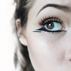 Love this unique reverse negative space cat eye trendy makeup idea.