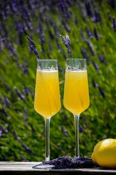 How To Make The Perfect Lavender Lemon Mimosa Mimosa Cocktail Recipes, Non Alcoholic Mimosa, Refreshing Cocktails, Summer Cocktails, Lavender Crafts, Cocktail Umbrellas, Culinary Lavender, Lavender Lemonade, Brunch Menu