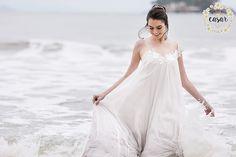 Você sonha em se casar na praia? Confira o editorial Conto da Sereia repleto de inspiração e beleza para as noivas que sonham com um lindo casamento pertinho do mar.