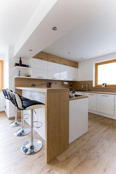 Bílá kuchyně s americkou lednicí Kitchen Room Design, Kitchen Cabinet Design, Modern Kitchen Design, Home Decor Kitchen, Interior Design Kitchen, Small Modern Kitchens, Modern Kitchen Interiors, Cool Kitchens, Kitchen Dining Living