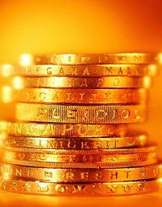 7. MONEDAS DORADAS.- Nada mejor para atraer la abundancia que poner 13 monedas doradas en un costalito en los últimos minutos del año.