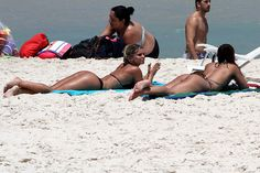 Pérola Faria e Carol Guarnieri exibem curvas perfeitas no Rio