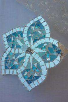 Perchero de hibisco por ArtLabHome en Etsy Mosaic Tray, Mirror Mosaic, Mosaic Glass, Mosaic Tiles, Stained Glass Designs, Mosaic Designs, Mosaic Patterns, Mosaic Crafts, Mosaic Projects