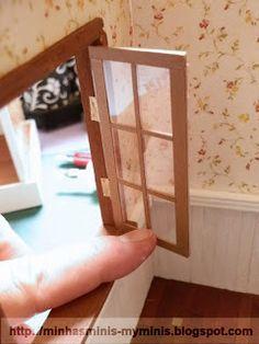 Conforme prometido, vou mostrar como fazer janelas simples. Você pode colocar dobradiças para que abram e fechem ou pode colar na moldura (b...