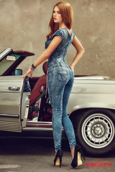 Puyallup Washington State Federalist tate assets are awesome! Car Poses, Classic Mercedes, Elegantes Outfit, Team Wear, Stylish Girl Pic, Redhead Girl, Bike Style, Car Girls, Girls Jeans