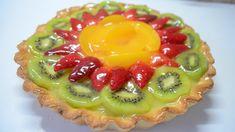 Aprende a hacer una rica y fresca tarta, con frutas de colores llamativos. Una delicia que siempre da que hablar en la mesa de postres.