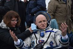 Retour sur terre pour l'astronaute américain #ScottKelly après 340 jours à bord de la #StationSpatialeInternationale. #KAZAKHSTAN DZHEZKAZGAN : International Space Station (#ISS) crew member Scott Kelly of the U.S. reacts after landing near the town of Dzhezkazgan Kazakhstan on March 2 2016. US astronaut Scott Kelly and Russian cosmonaut Mikhail Kornienko returned to Earth on March 2 after spending almost a year in space in a ground-breaking experiment foreshadowing a potential manned…