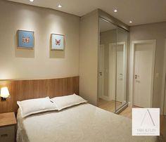 Apartamento GAC - Itajaí - SC 📐 Suíte feminina com super aproveitamento de espaço! Cores neutras e alguns detalhes que fazem a diferença: delicada luminária de cabeceira do tipo arandela com cúpula e lindos quadros de borboletas (da @artsystore.com.br). Armário com portas espelhadas sempre aumenta o espaço e ajuda muito na hora da escolha do look!  #yaarquiteta #decor #quarto #bedroom #cameradaletto #bedroomdesign #quartodemenina #girlsroomdecor #instadecor #borboletas #posteres #quadros…