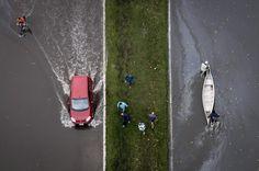 La Plata, bajo agua | Una avenida inundada tras el temporal en la capital bonaerense | Reuters.