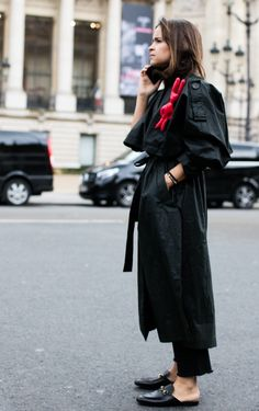 As Fashion Week takes over the French capital, discover the best street looks taken outside the shows by photographer Sandra Semburg. Look Street Style, Street Style Looks, Street Style Women, Fashion Week Paris, Look Chic, Mantel, Style Icons, Love Fashion, Shoes
