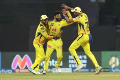 डिजिटल डेस्क, मुंबई।IPL 2021 सीजन के 12वें मैच में चेन्नई सुपर किंग्स (CSK) ने राजस्थान रॉयल्स (RR) को 45 रन से हरा दिया। टॉस हारकर पहले बल्लेबाजी करते हुए CSK ने 20 ओवर में 9 विकेट पर 188 रन बनाए। इसके जवाब में RR टीम 20 ओवर में 9 विकेट पर 143 रन ही बना सकी। इस जीत के साथ CSK पॉइंट टेबल में रॉयल चैलेंजर्स बेंगलुरु (RCB) के बाद दूसरे नंबर पर पहुंच गई है। चेन्नई के ऑलराउंडर्स मोइन अली और रविंद्र जडेजा ने 4 ओवर के अंदर मैच पलट कर रख दिया। इन दोनों ने 12 से 15वें ओवर के बीच राजस्थान के 5 खिला
