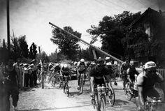 1953 25/7 rit 21 > Le peloton traverse un passage de l'étape Saint-Etienne - Montluçon. Étape gagnée par Wout Wagtmans (NL)