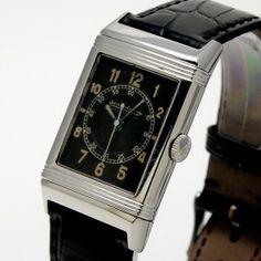 """Jaeger-LeCoultre Reverso des années 30 - Mouvement mécanique à remontage manuel.  Cadran noir mat, trotteuse centrale, minuterie """"rail de chemin de fer"""". Boîtier réversible en acier sur bracelet cuir.    Dimensions :  24 x 38 mm. Dream Watches, Fine Watches, Jaeger Lecoultre Reverso, Art Deco, Bracelet Cuir, Vintage Watches, Dimensions, Jewelery, Rings"""