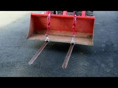 Constructed from steel angle salvaged from an old bed, these homemade pallet forks are easy to make and mount on the tractor bucket. (No welding required). Yard Tractors, Small Tractors, Compact Tractors, Metal Projects, Welding Projects, Projects To Try, Hand Chain Saw, Farm Hacks, Homemade Tractor