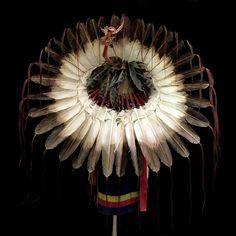 Sioux Feather War Bonnet (replica) 2067.16.02 (rear view) ☩ «4 Colors»™