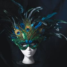 Attach colorful feathers to a mask for an easy, stylish and chic Halloween costume! Peacock Mask, Peacock Costume, Feather Mask, Peacock Dress, Chic Halloween, Halloween Masquerade, Easy Halloween Costumes, Masquerade Ball, Halloween 2019