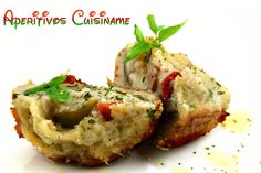 Unos originales y fáciles aperitivos: champiñones rebozados y rellenos de parmesano, tomate y aceitunas.