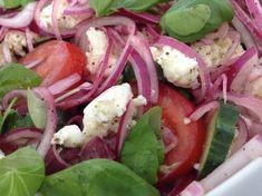 Tomat- og mozarellasalat med løkvinaigrette Tapas, Cabbage, Mad, Food And Drink, Vegetables, Recipes, Recipies, Cabbages, Vegetable Recipes
