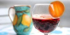 Når du lager sangria kan du være sikker på at folk kommer i godt humør. Alcoholic Drinks, Beverages, Food Festival, Sangria, Wine Glass, Dessert, Humor, Tableware, Festive