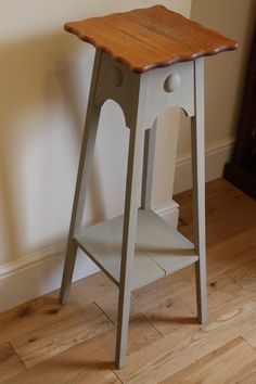 Rustic Victorian side table by Mariposasfurniture Autentico chalk paint in LINEN