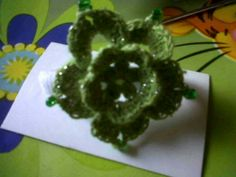Flor a crochet , con hilo de brillo num5 y piedras .