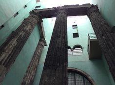 Los cuatros columnas romanicas. Estas columnas ayuda a entender sobre la historia de la ciudad