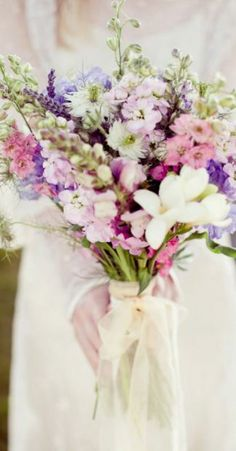 bouquet de flores selvagens em tons rosa, roxo e branco #casarcomgosto