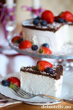 Skumkake til mai! Sweet Recipes, Cake Recipes, Norwegian Food, Love Cake, Frisk, Cheesecake, Food And Drink, Birthday Cake, Cooking Recipes