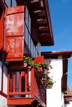 Couleurs de volets de maison sur pinterest maisons - Maison volet rouge basque ...