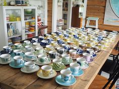 Cozy Library, Tablescapes, Red And Blue, Coffee Mugs, Pottery, Plates, Table Decorations, Tins, Retro