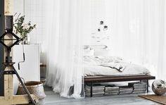 Duże białe łóżko, świeża pościel i poduszki, udrapowane tekstylia. Jaka jest twoja wymarzona sypialnia?