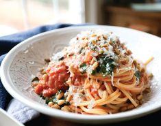Spaghetti sauce: Vegetarian recipe with tomato, cream and spinach Spaghetti With Spinach, Vegetarian Spaghetti, Spaghetti Recipes, Spaghetti Sauce, Tomato Cream Sauces, Food 52, Sauce Recipes, Pasta Recipes, How To Cook Pasta