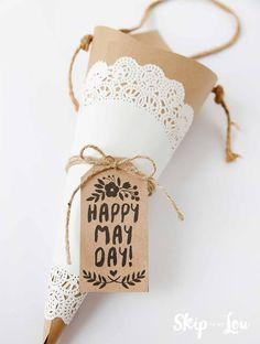 How to make a cone may day basket. Click through for free printable May Day gift tags.