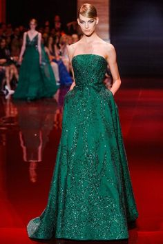 robe de bal et soirée longue en vert foncé avec paillettes par Elie Saab