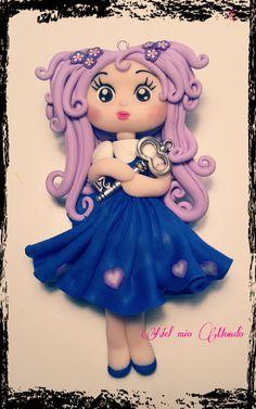 Una doll realizzata interamente a mano da montare su una collana