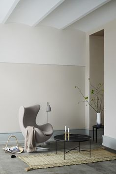 Cosy Scandi interior with light pink-beige walls. Planner tables by Paul McCobb by Fritz Hansen. On my radar: 10 design classics reissued from the archives for 2018 Living Room Light Fixtures, Living Room Lighting, Living Room Decor, Living Furniture, Furniture Design, Modern Furniture, Home Decor Inspiration, Interior Design Inspiration, Decor Ideas