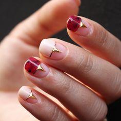 """""""[#유니스텔라트렌드]✨ 평범한 프렌치네일 아니구요! 젬스톤 프렌치 어떠세요? #유니스텔라 #네일디자이너 #gemstonenails #burgundy #gelnails #nailart #nails #nail #nailedit ✔️유니스텔라 내의 모든 이미지를 사용하실때…"""""""