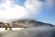 【写真】通称「赤橋」。日本最古の道路稼働橋で見る「肱川あらし」。   Travel.jp[たびねす]