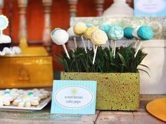 Display+colorful+cake+pops,+a+favorite+treat+for+both+kids+and+adults,+in+a+box+of+faux+grass.